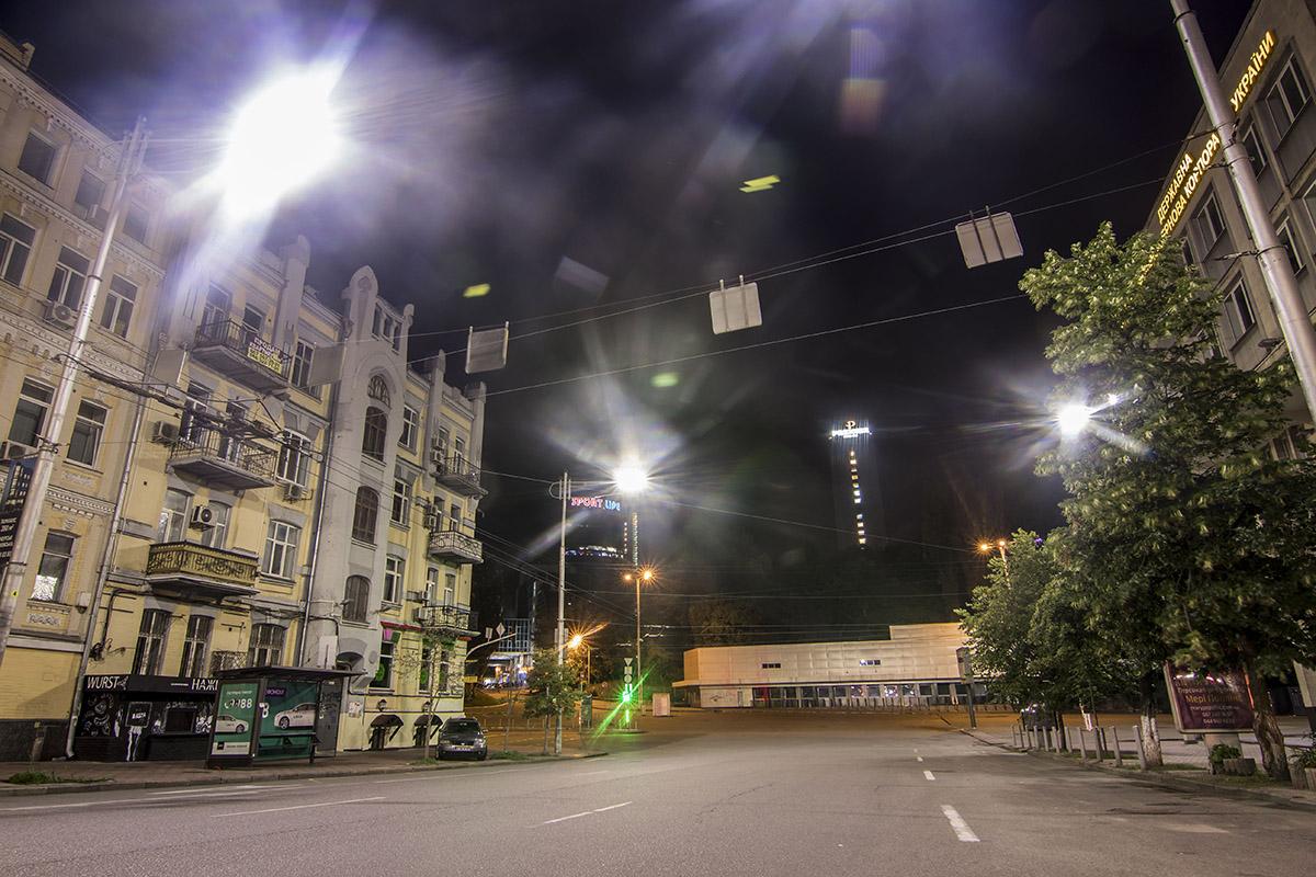 В свете фонарей улица Саксаганского выглядит совершенно иначе