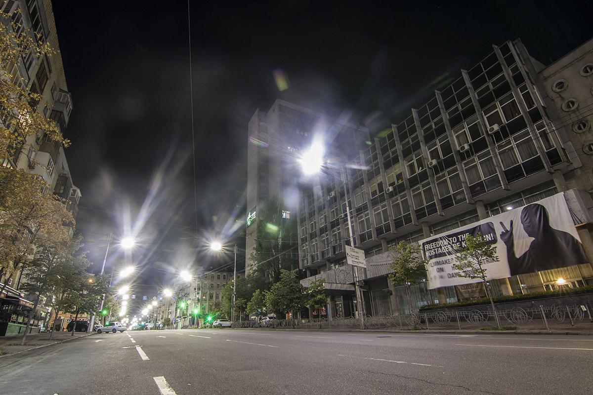 """Фонари выстроились в ряд и освещают на улице """"коридор"""" для машин"""