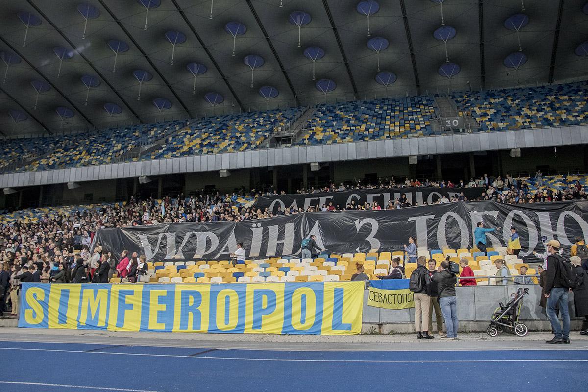 "Сотни людей собрались на НСК ""Олимпийский"""
