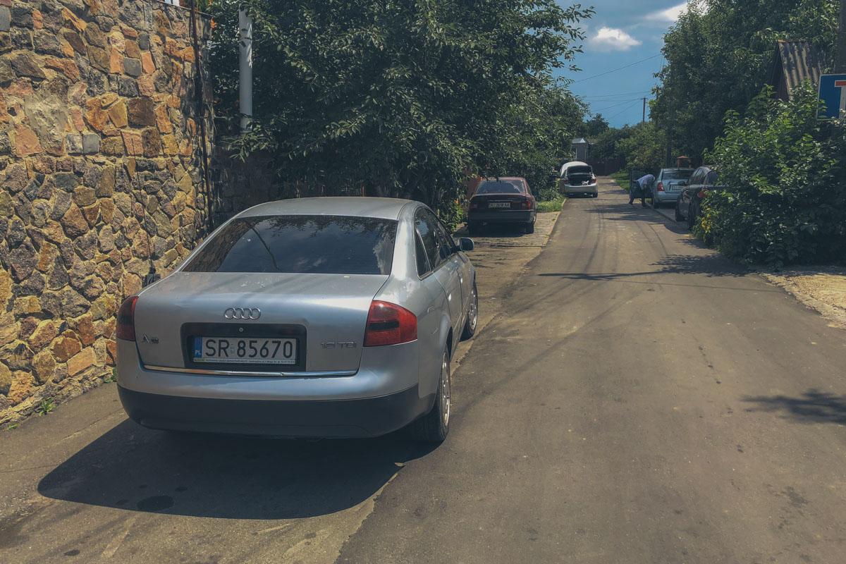 """Хозяин дома приехал на сером автомобилеAudi 6 с номерным знаком """"SR 85670"""". И у него тоже оказался травматический пистолет."""