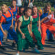В Киеве на ВДНГ люди в комбинезонах заставили зрителей бегать по территории