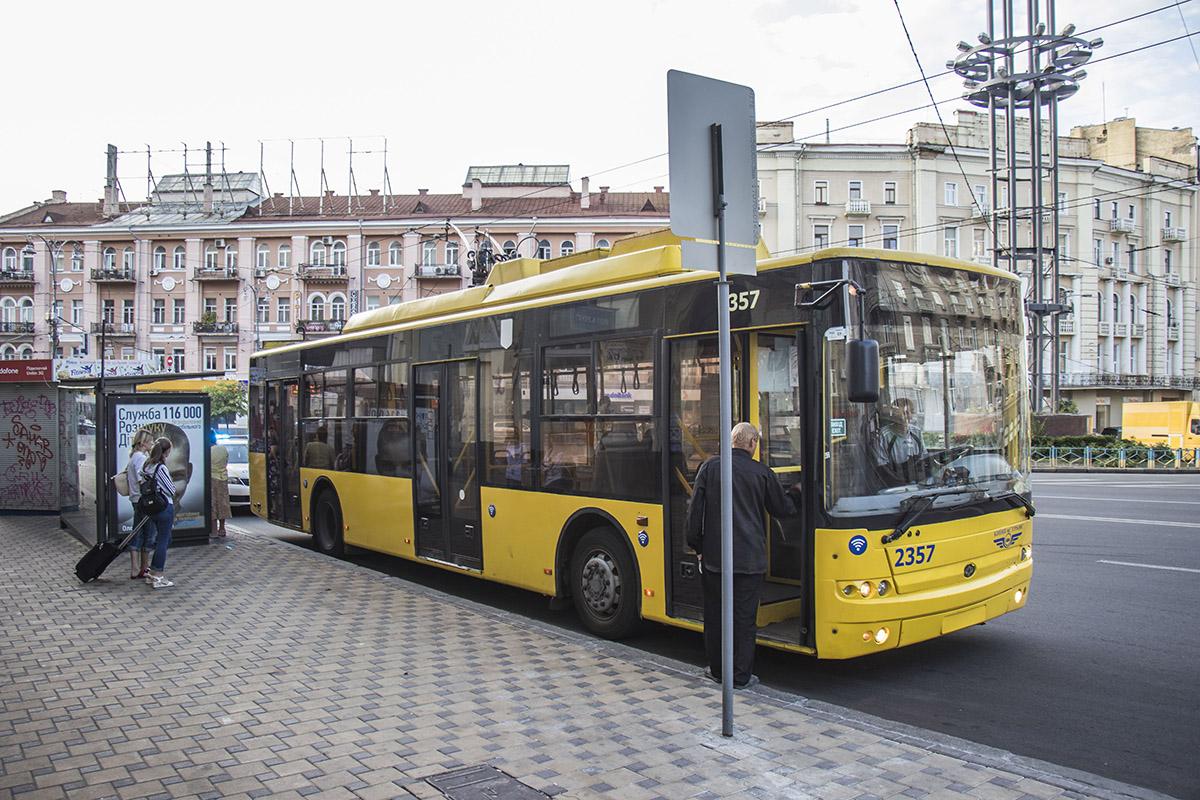 Водитель троллейбуса стоял на обеде на остановке