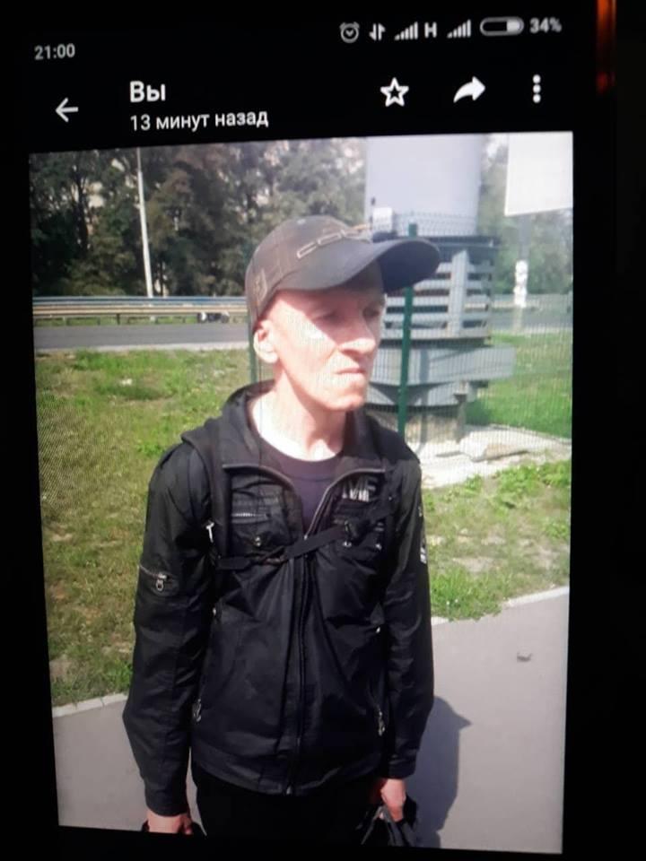Установлена личность подозреваемого, им оказался жилец этого же подъезда, Танасийчук Александр Дмитриевич, его разыскивают правоохранители