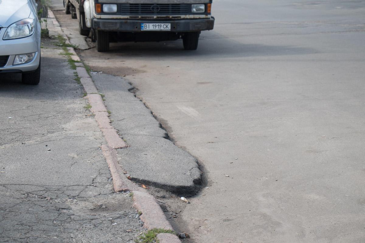 А тут может упасть пешеход даже в светлое время суток