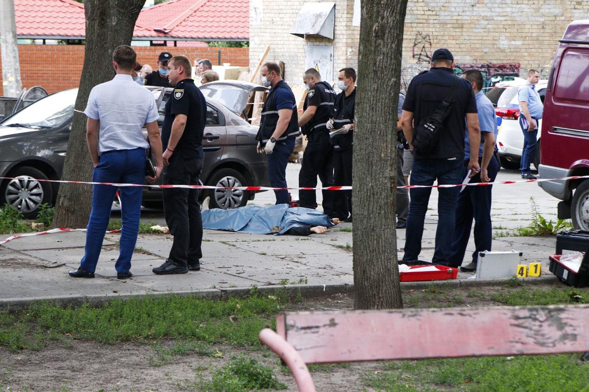 На месте преступления также нашли две пули и две стреляные гильзы