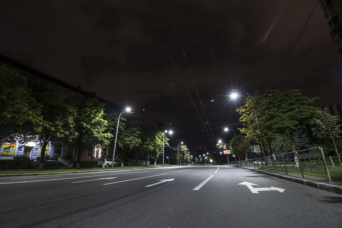 Мы прогулялись по ночному Киеву, чтобы посмотреть, как Воздухофлотский проспект выглядит после заката солнца