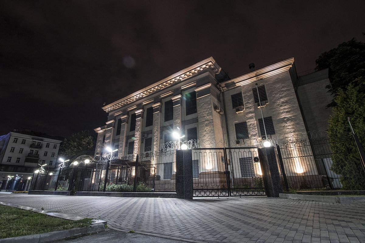 Здание российского посольства в окружении фонарей выглядит особенно монументально