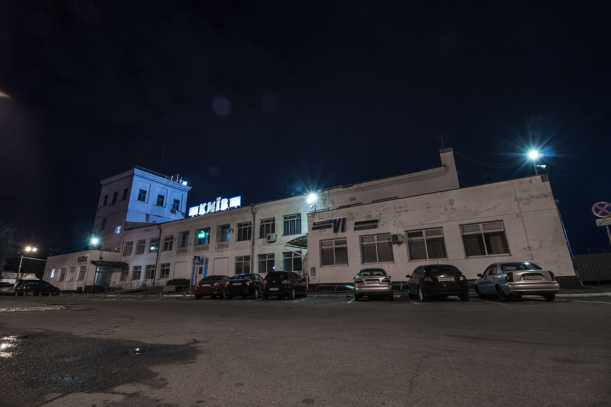 """Старый терминал аэропорта """"Киев"""" в свете фонарей выглядит угрюмо"""