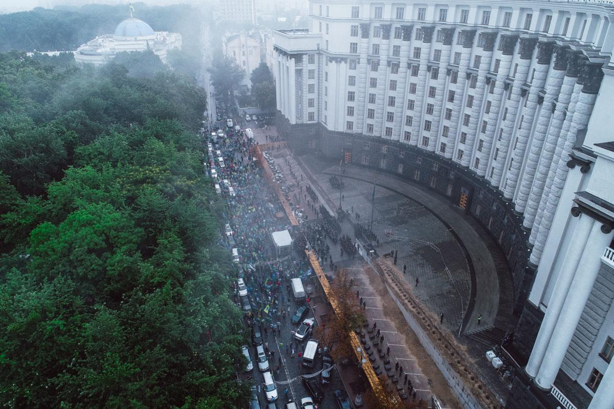Участники митинга зажгли дымовые шашки