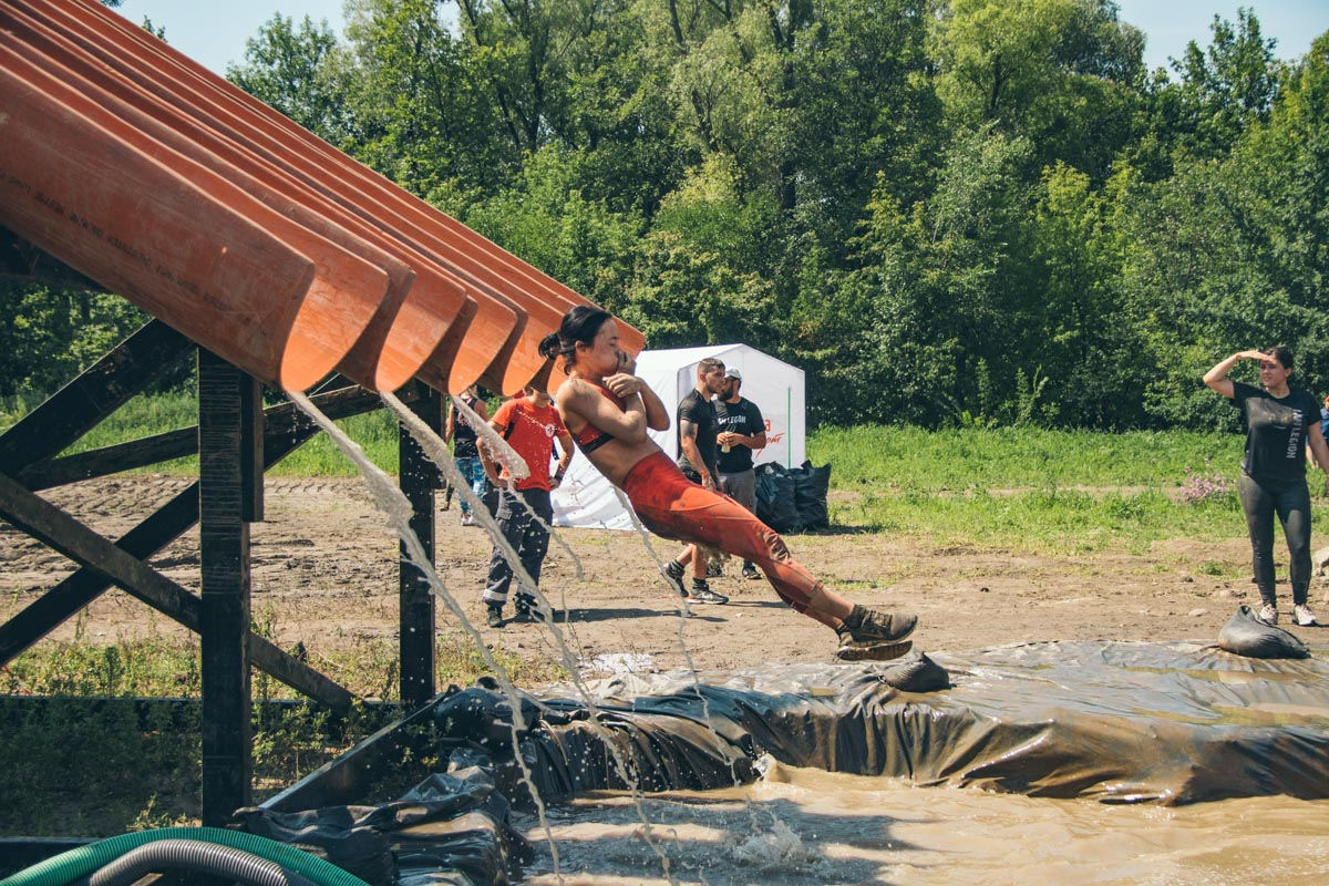 Организаторы придумали даже водные препятствия
