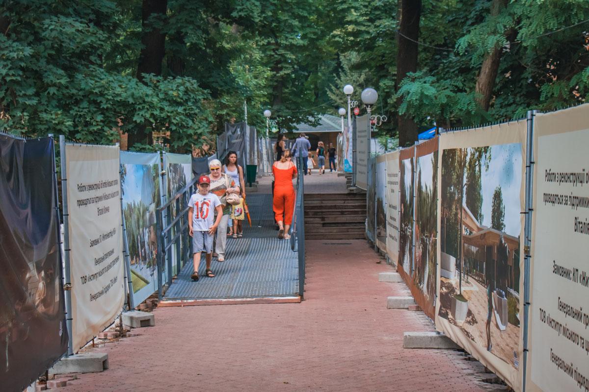 Пока идет реконструкция, посетители свободно гуляют по территории