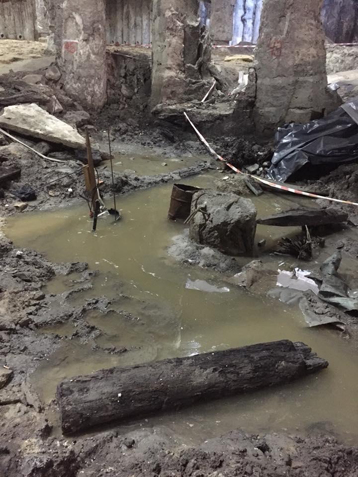 Раскопки на Почтовой площади затопило. Фото: Сергей Гусовский