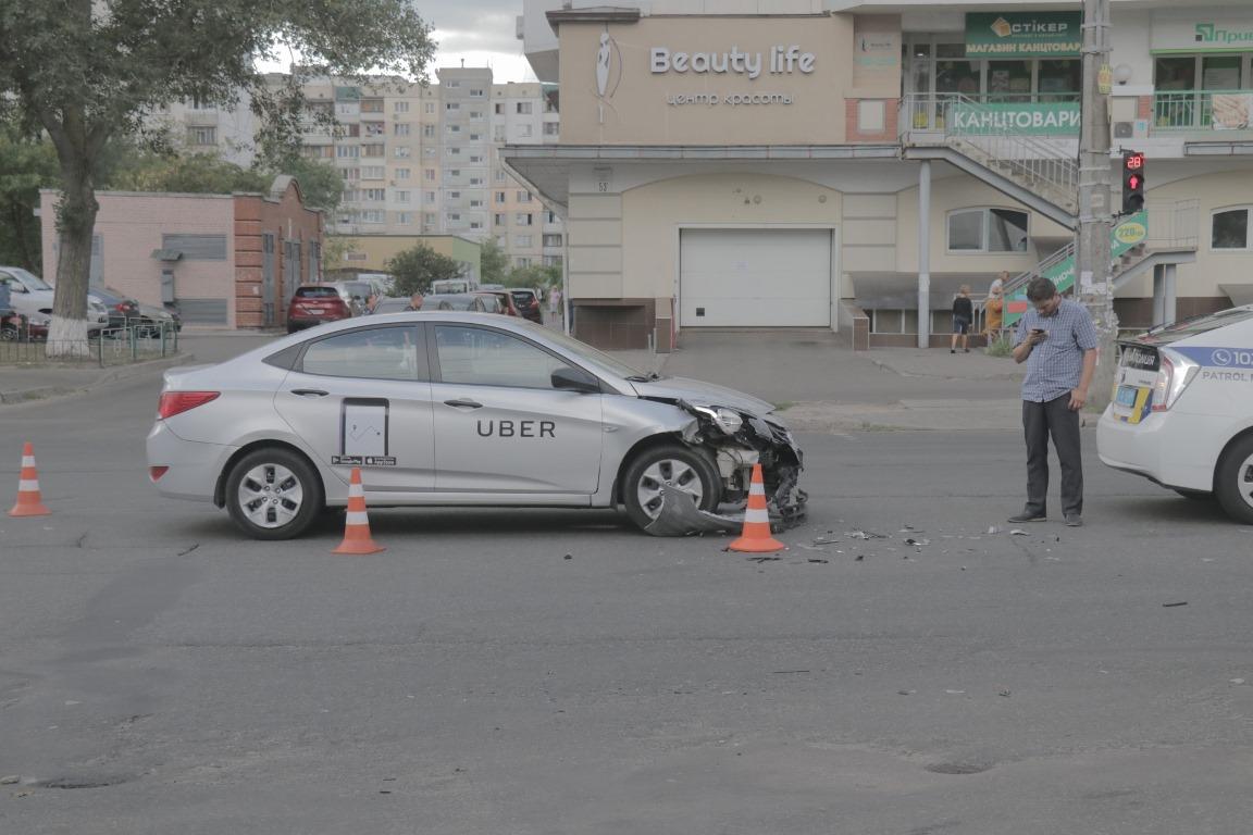 По словам водителяUber, он двигался по проспекту в сторону улицы Героев Днепра
