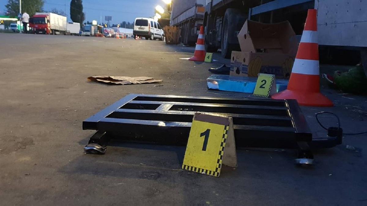 От удара пешехода откинуло под колеса фуры