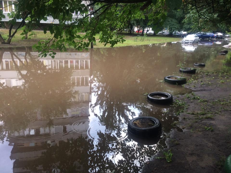 По адресу проспект Правды, 88, 88а машины погрязли в болоте, образовавшемся после проливного дождя