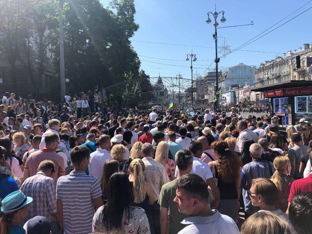 Толпа людей на Крещатике