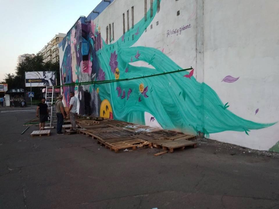В стену с картиной стихийные торговцы арбузами вколотили трубы-крепления