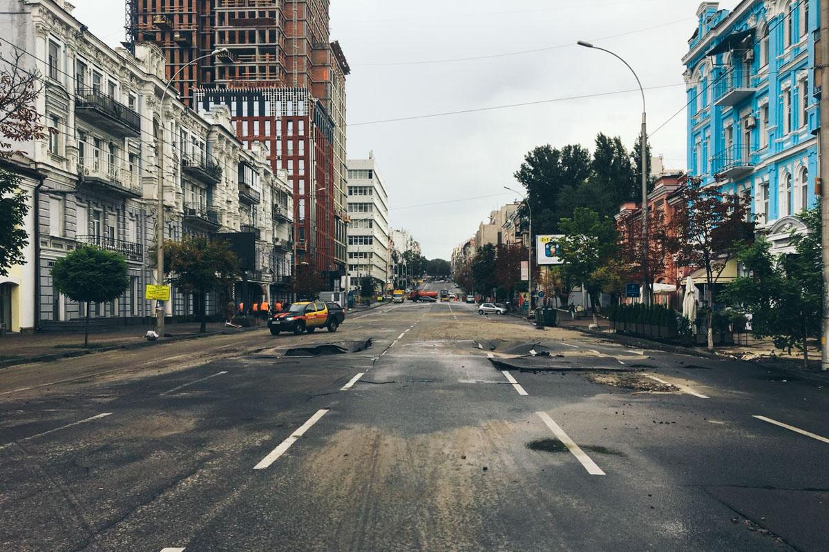 """Недалеко от НСК """"Олимпийский"""" асфальт не выдержал проливных дождей и проломился"""