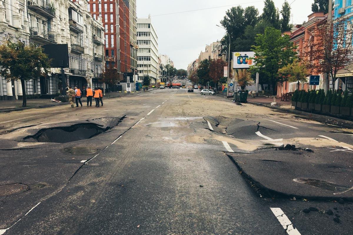 """Бесконечные """"реки"""", которые ночью текли по столичным дорогам, подмыли асфальтобетонное покрытие"""