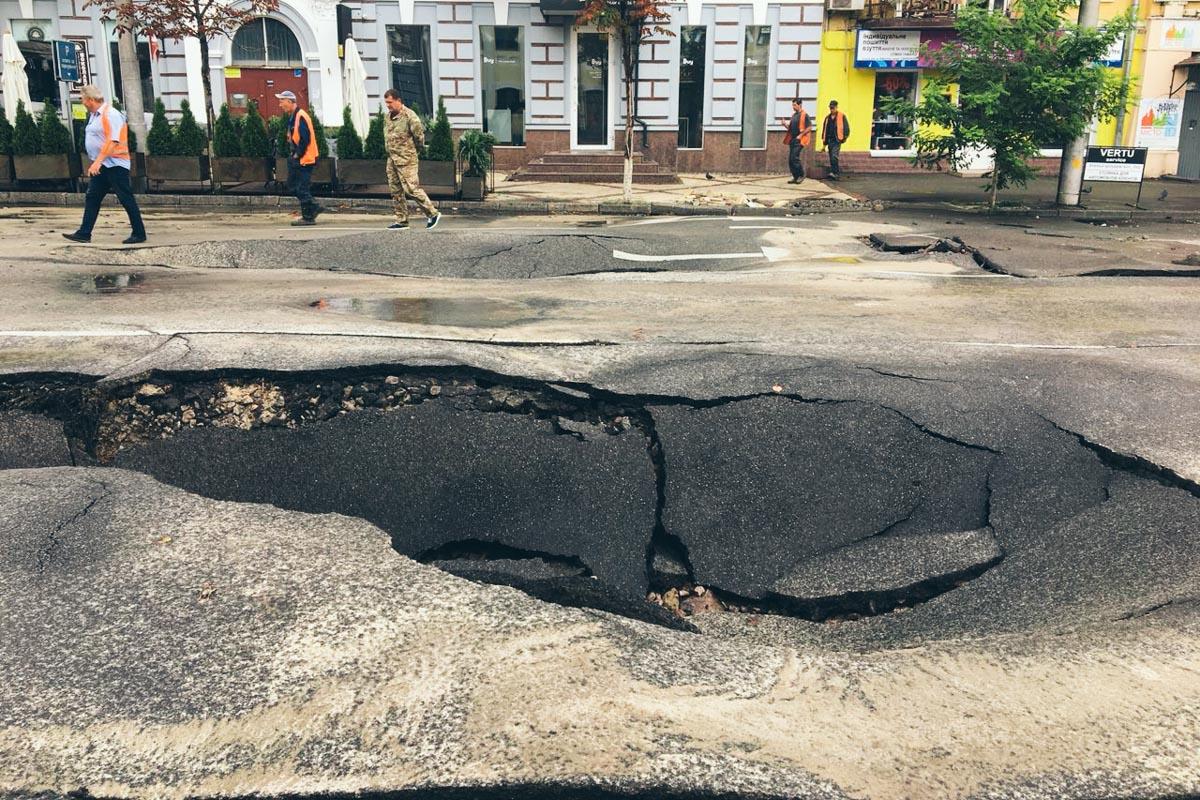 Коммунальщики занялись ремонтом дороги