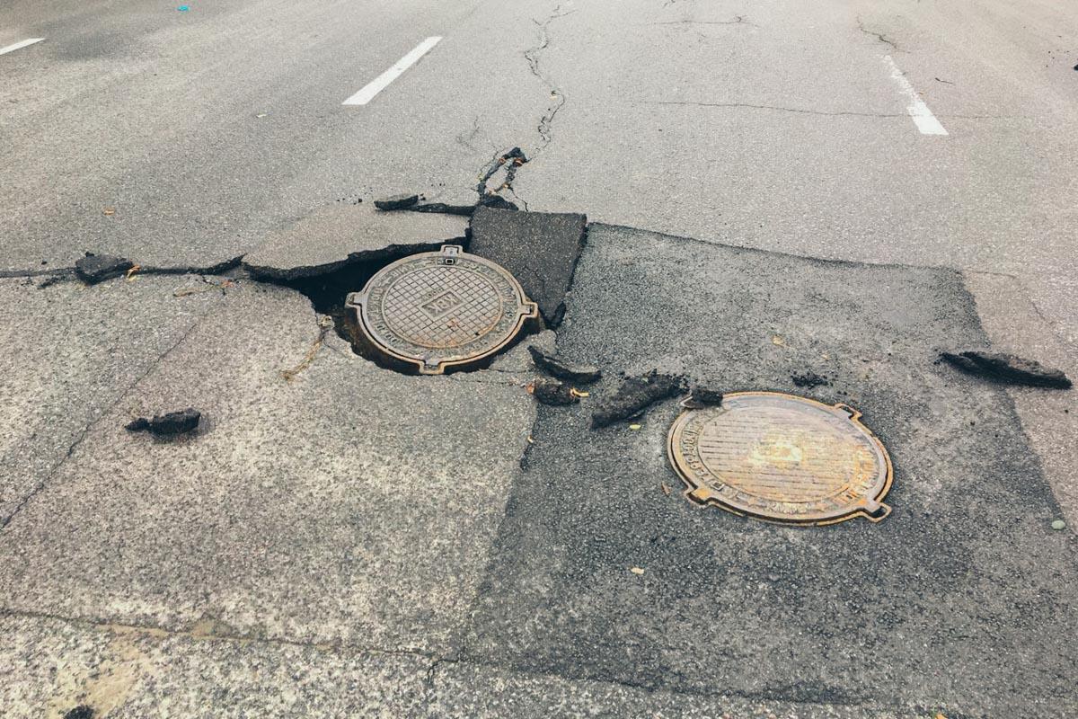 Водителям и пешеходам следует быть внимательными на дорогах после ночной непогоды
