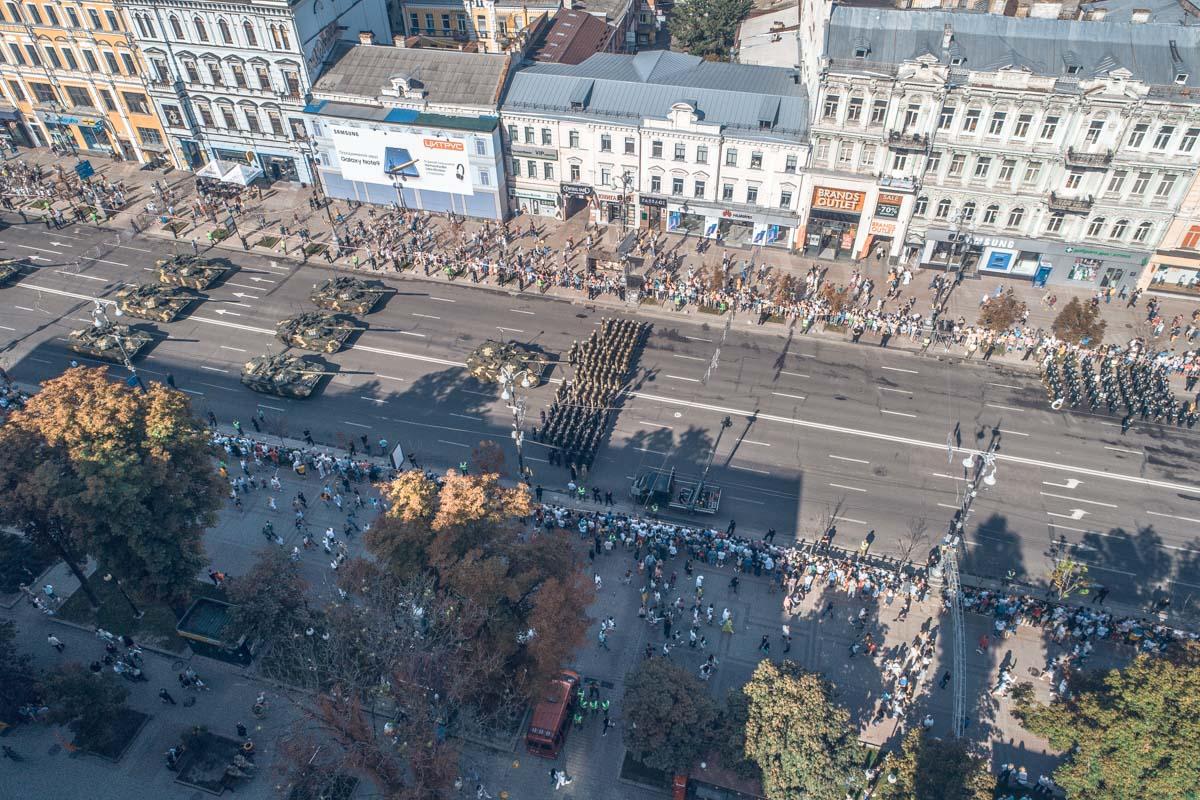 В марше принимают участие порядка 4,5 тысяч военных