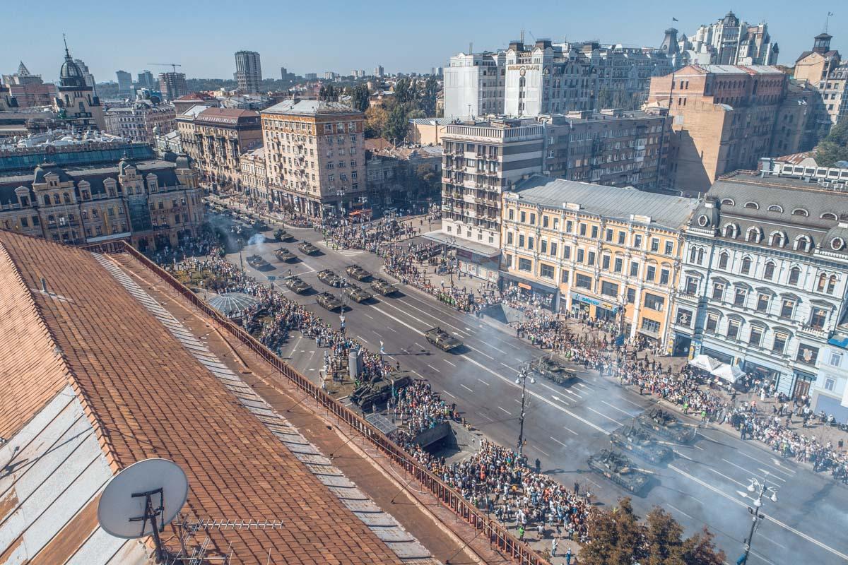 Смотреть парад с крыш киевляне не рискнули