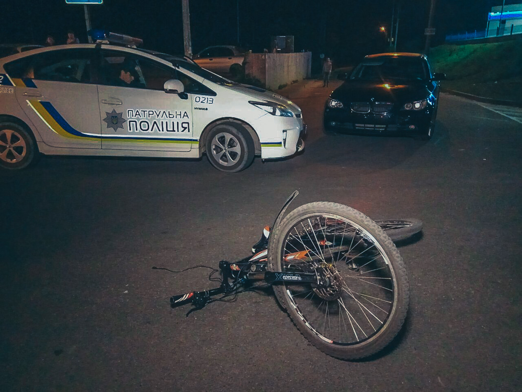 На проспекте Бажана, возле супермаркета Novus произошло ДТП, автомобиль BMW сбил велосипедиста