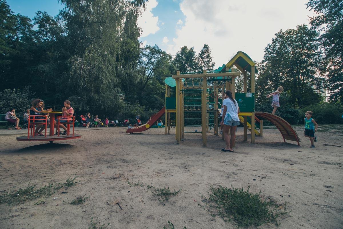 На территории есть бесплатная детская площадка, так что малышам будет, чем заняться