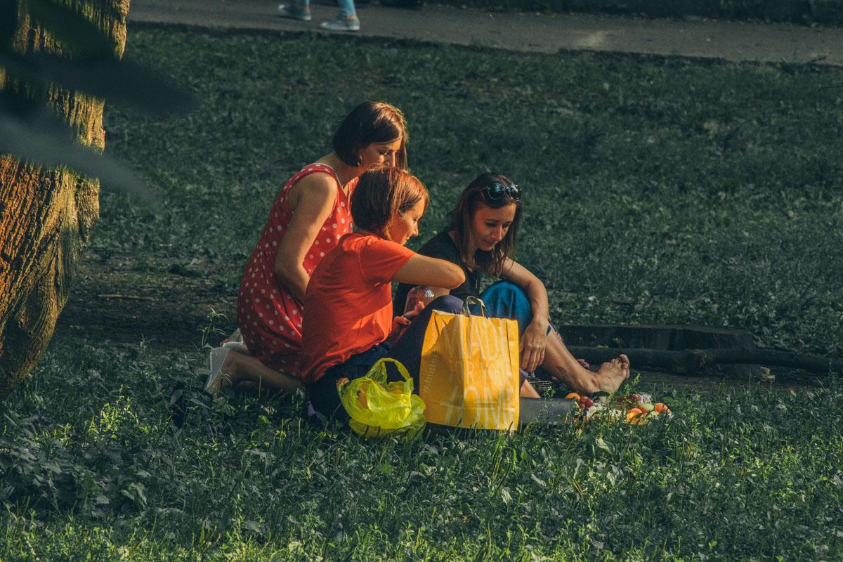 Можно устроить пикник с друзьями или просто поваляться на траве