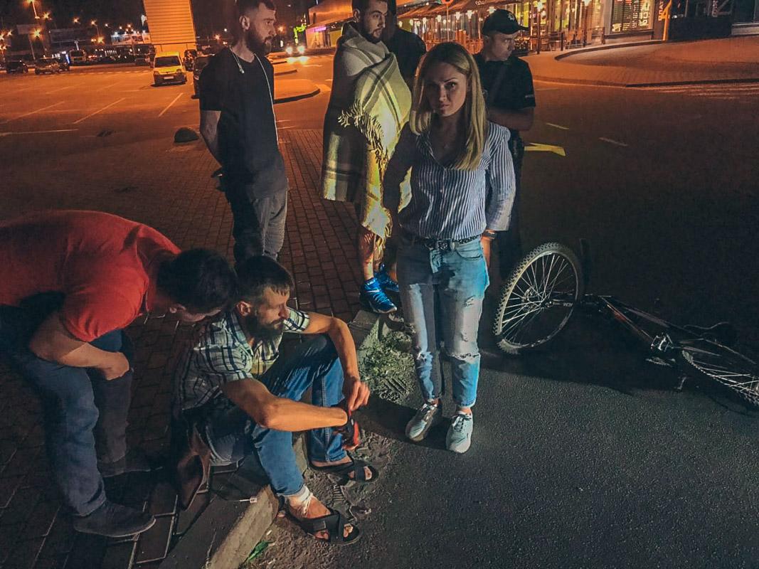 Велосипедисту была оказана первая медицинская помощь, у него ссадины на руках и ногах