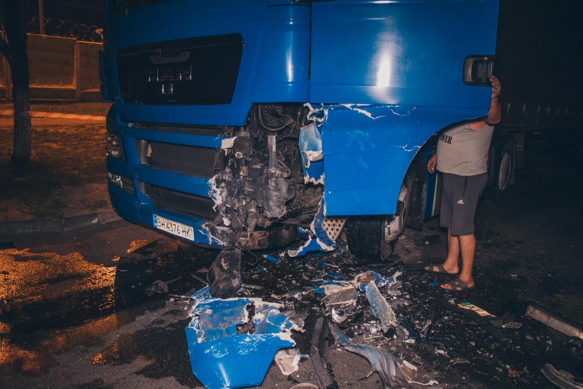 От удара обе машины получили серьезные повреждения