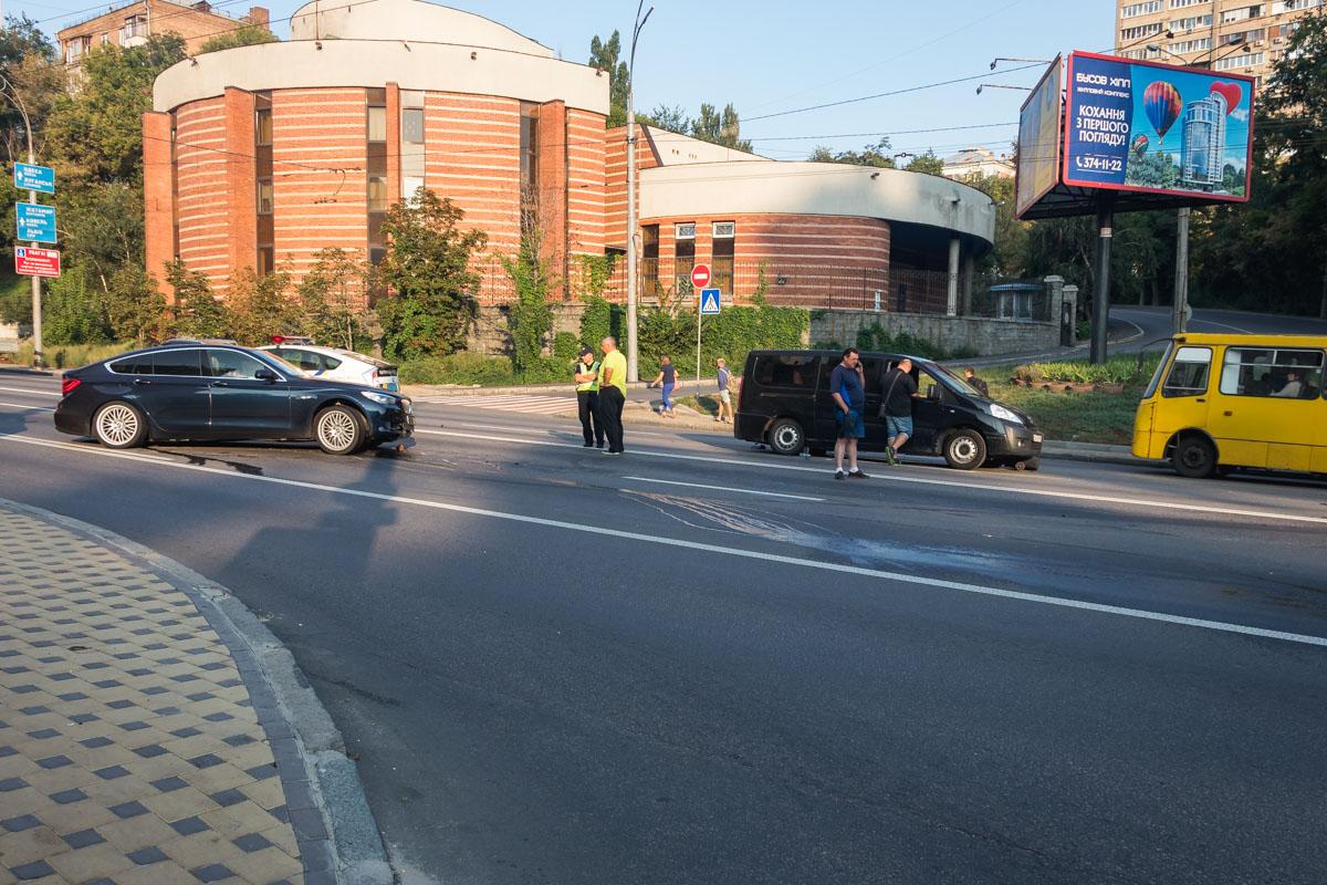 На бульваре Дружбы народов столкнулись BMW, Volkswagen и Peugeot
