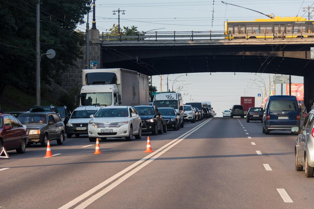 Из-за аварии образовалась пробка в сторону моста Патона