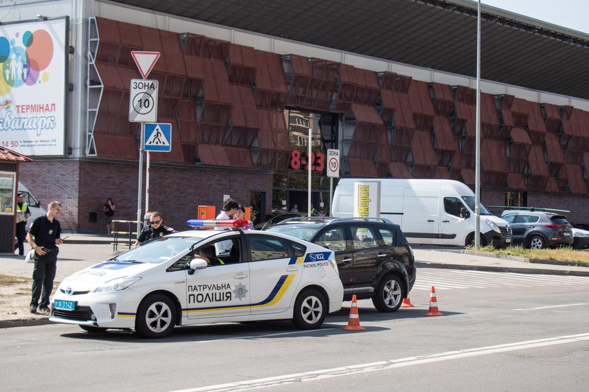 В Киеве на улице Березняковской полиция задержала Mitsubishi Outlander