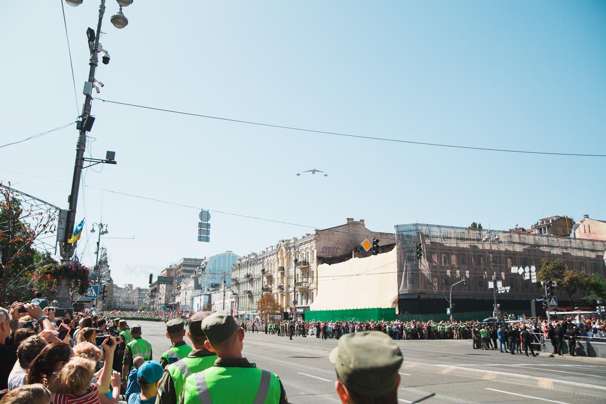 Самолет ИЛ-76МД летит к Майдану Независимости