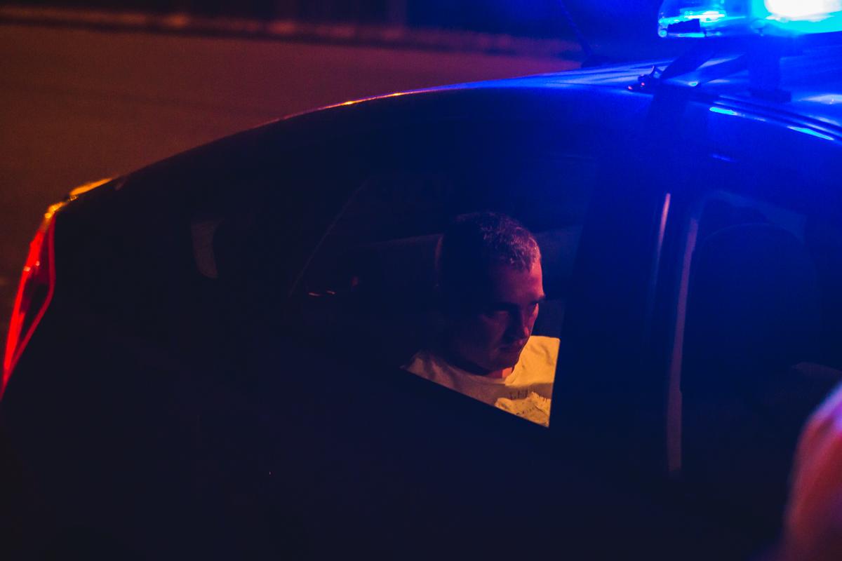 Водитель, чтобы не составляли протокол за пьяную езду подбросил деньги полицейским