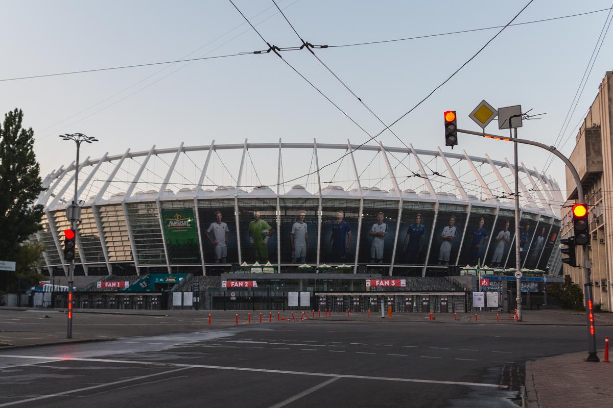 Столбики возле стадиона подустали