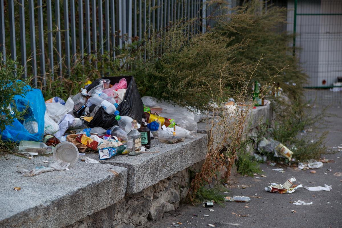 Все парапеты завалены мусором