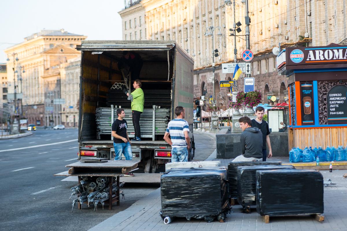 Демонтаж сцены на Майдане