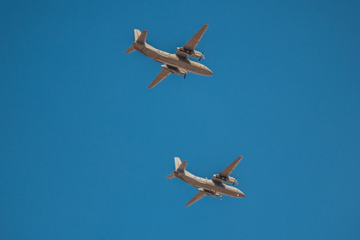 Военные транспортники в небе над Крещатиком