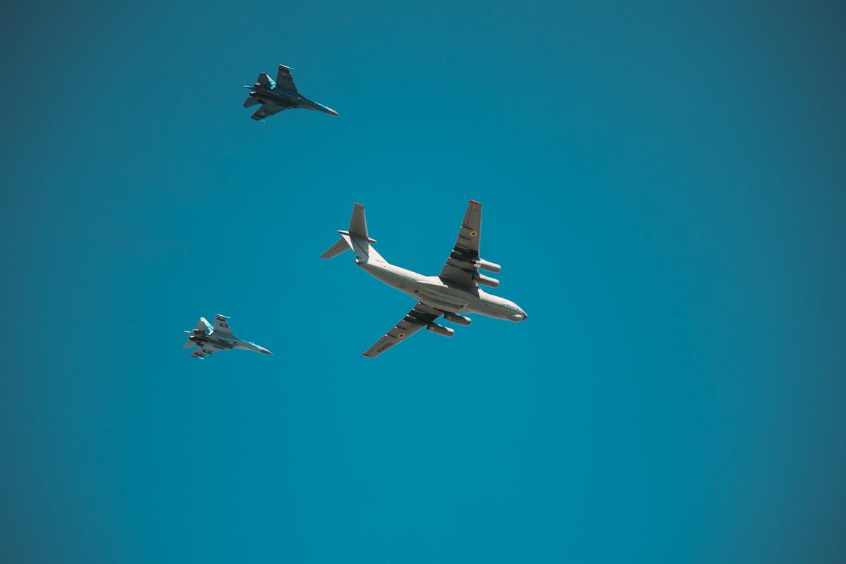 Ил-76МД в сопровождении двух истребителей