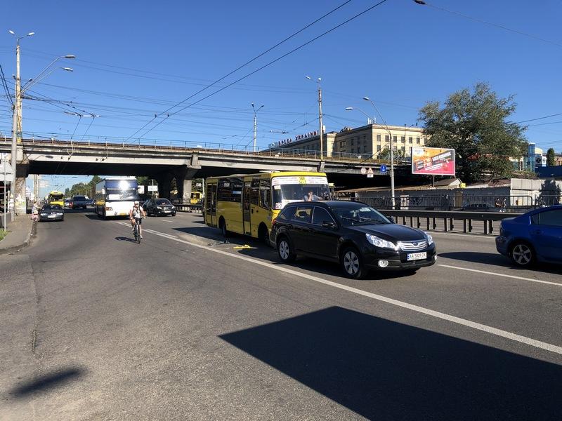 Водитель Subaru говорит, что его на проезжей части подрезала пассажирская маршрутка и он решил перестроиться