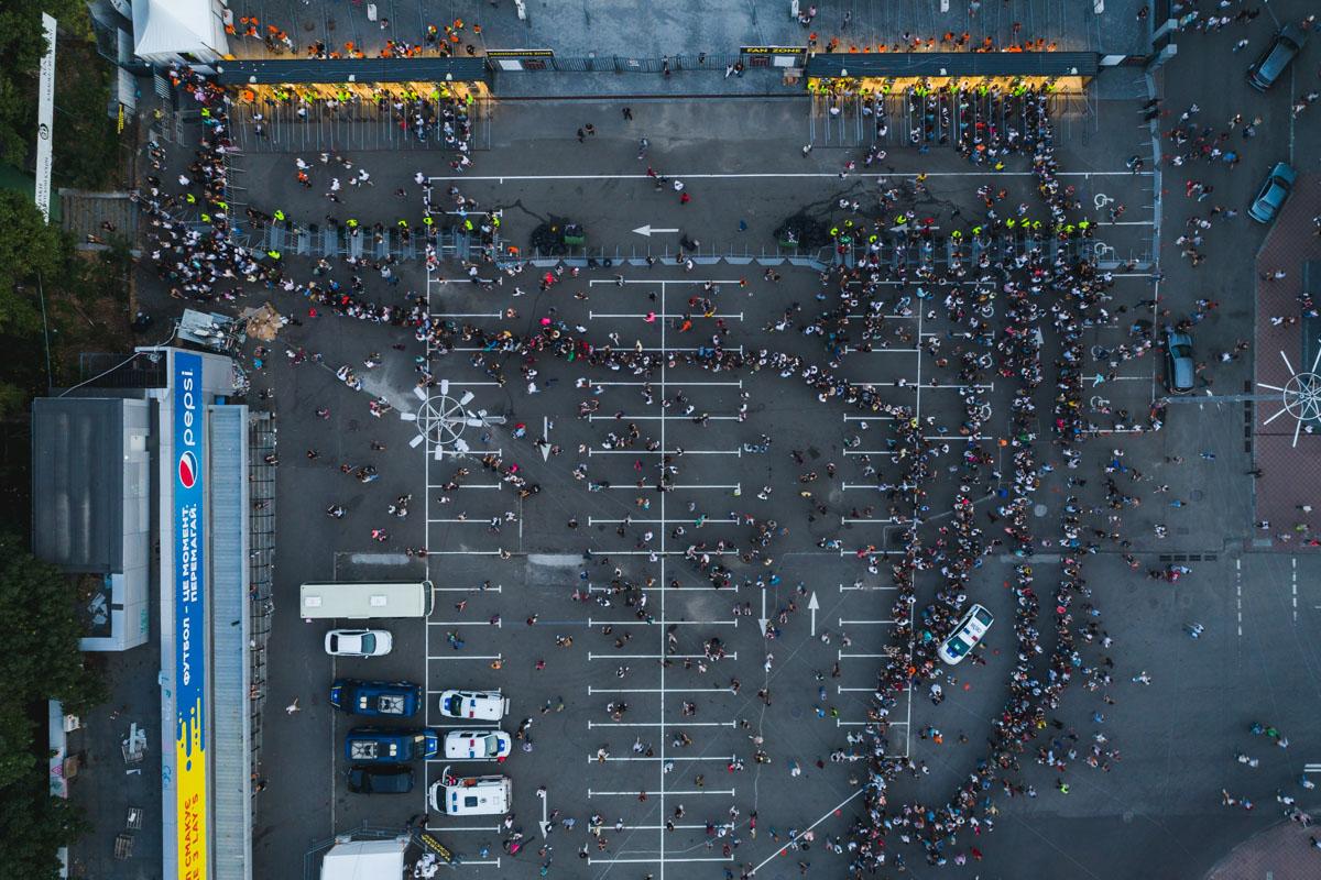 Выступление проходит на сцене НСК «Олимпийский»