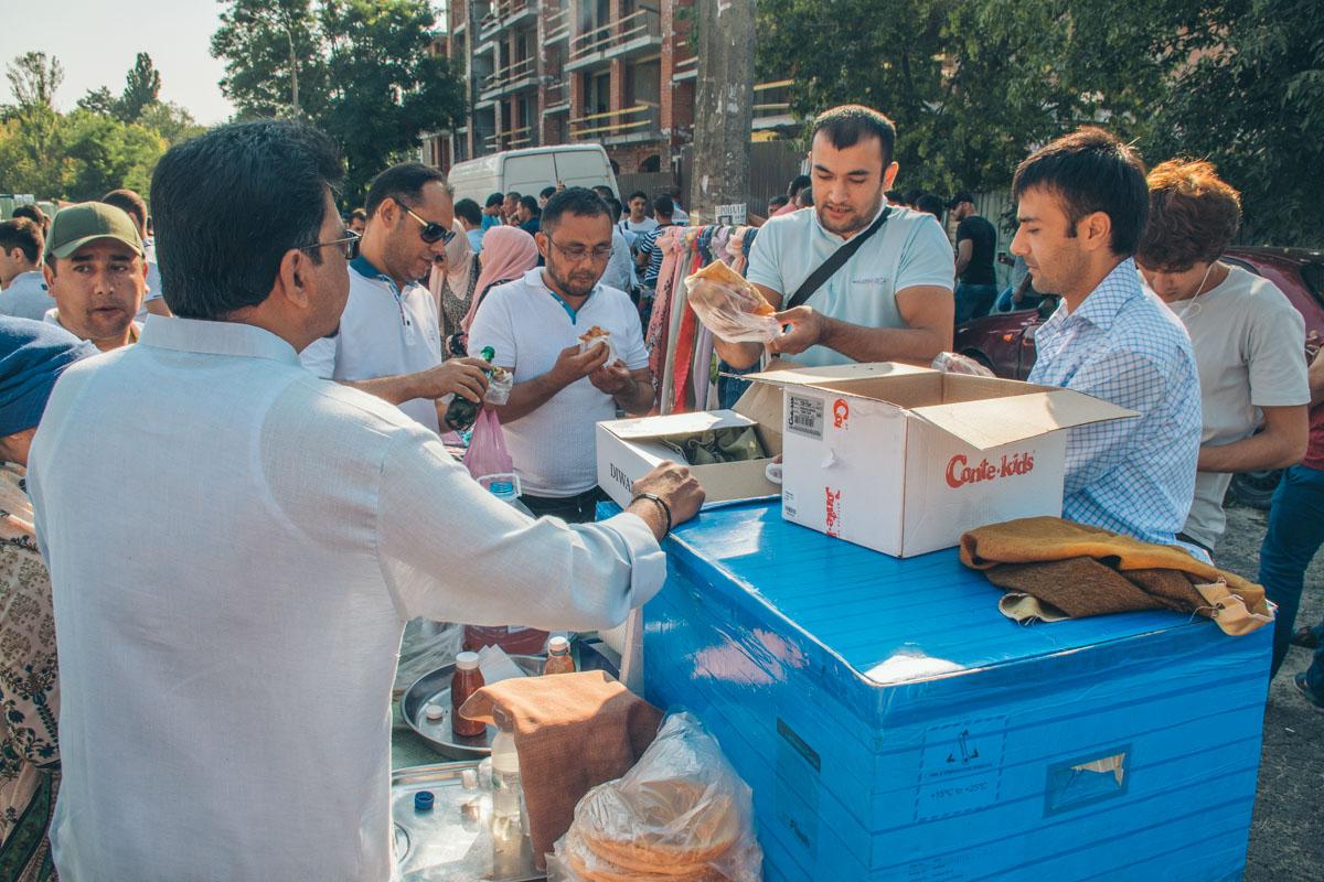 Традиционно в этот день верующие идут на праздничный намаз в мечети и раздают нуждающимся мясо