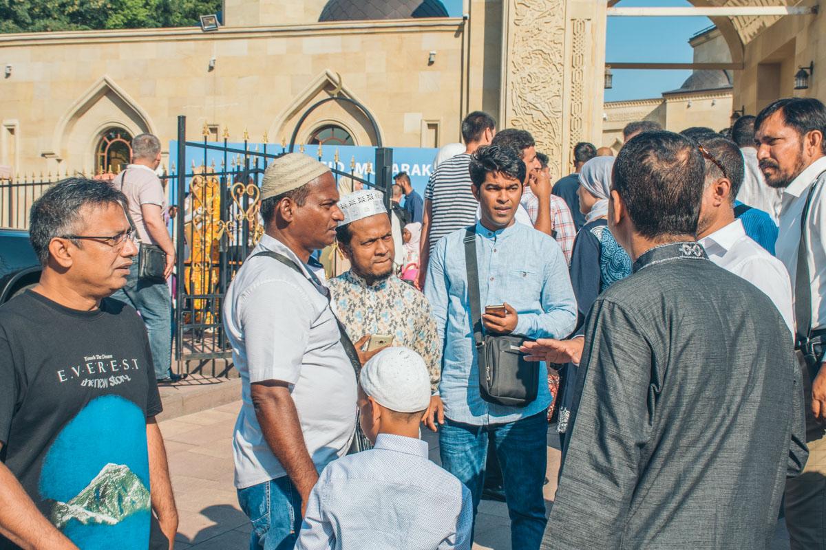 Больше 3000 мусульман разной национальности собрались в этот день, чтобы помолится и повеселиться