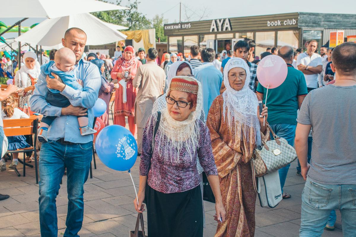 Кроме праздничной молитвы, верующие в этот день организовывают развлекательную программу