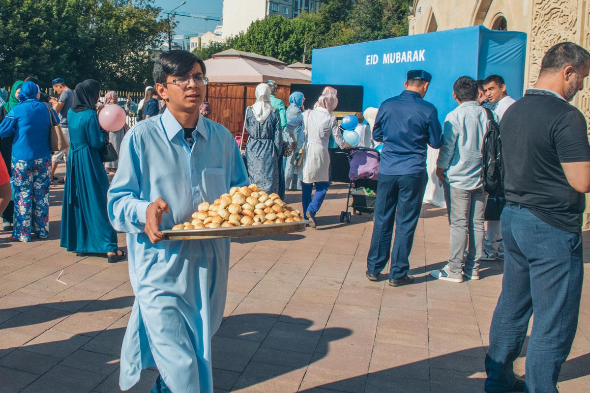 Угощают разными вкусностями восточной кухни