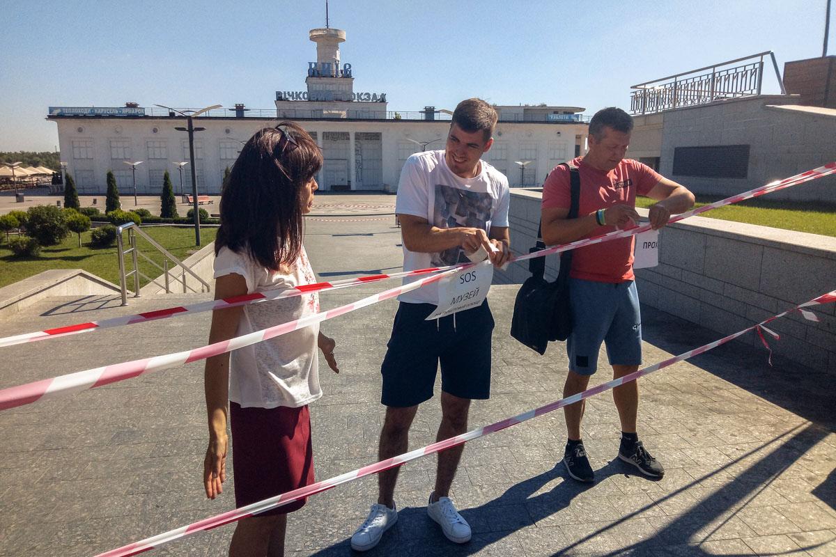 Активисты повесили ленты только на пешеходной зоне