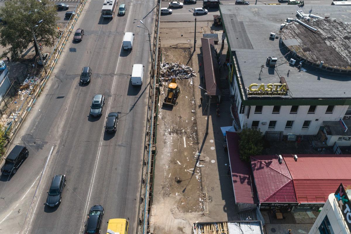 С высоты отлично видно, что около метро после сноса МАФов стало намного просторней